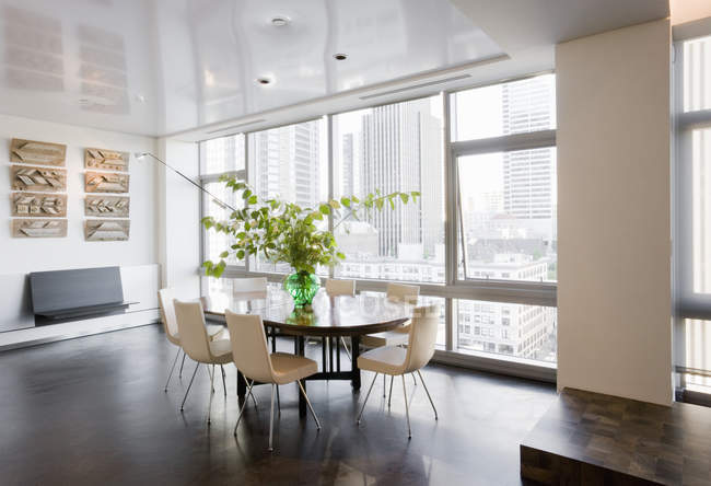Sala de jantar no apartamento luxuoso do highrise — Fotografia de Stock