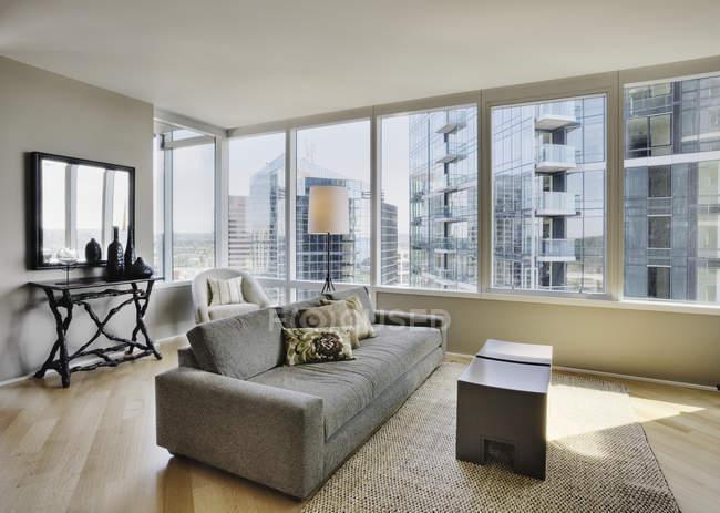 Living room in luxury highrise apartment — Fotografia de Stock
