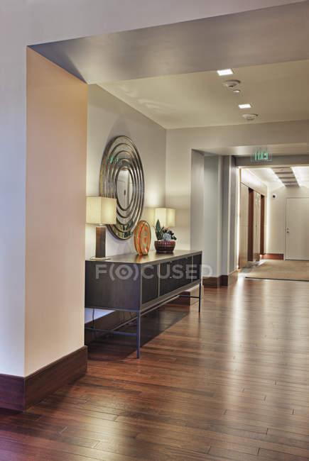 Large hallway in modern apartment building — Fotografia de Stock