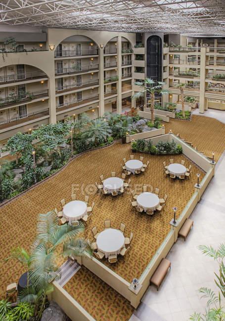 Tische im Hotelhof, Hochwinkelansicht — Stockfoto