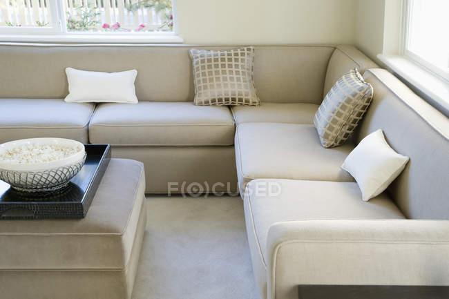 Sala de visitas moderna com sofá e a tabela acolhedores — Fotografia de Stock
