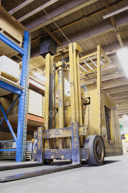 Forklift machinery working in warehouse — Fotografia de Stock