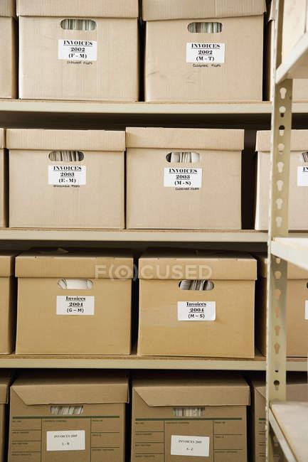 Ящики накладні, що укладаються на полицях — стокове фото