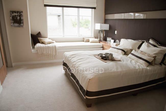 Quarto luxuoso com cama macia e assento de indicador — Fotografia de Stock