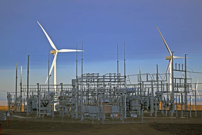 Windkraftanlagen und Energiestation im ländlichen Raum — Stockfoto