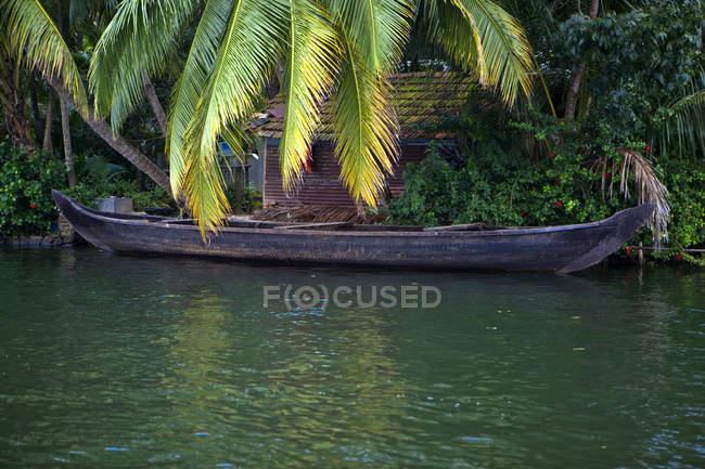 Boot auf Fluss in tropischen Alleppey, Kerala, Indien — Stockfoto