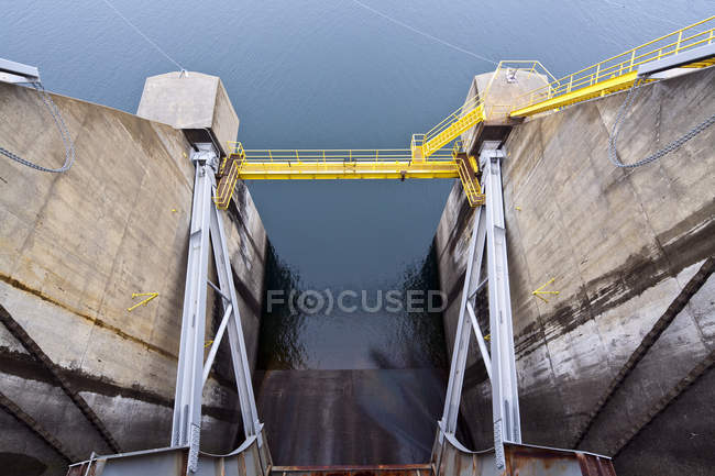Closed dam floodgate in Vantage, Washington, USA — стокове фото