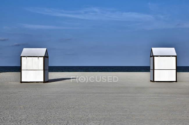 Capannoni sulla spiaggia sabbiosa deserta, Miami Beach, Florida, Stati Uniti — Foto stock