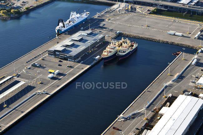 Vista aérea del muelle comercial en Seattle, Washington, EE.UU. - foto de stock
