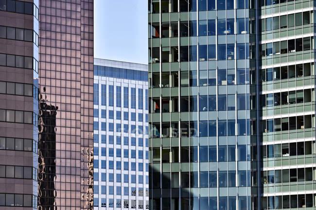 Rascacielos modernos con fachadas de cristal en Bellevue, Washington, Usa - foto de stock