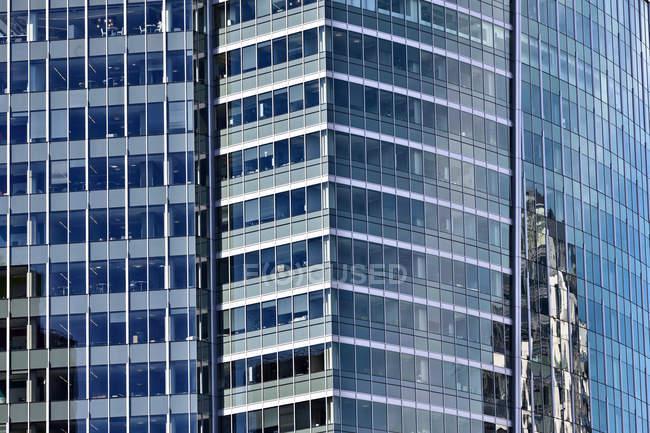Rascacielos modernos que reflejan el edificio en fachada de cristal, Bellevue, Washington, Usa - foto de stock