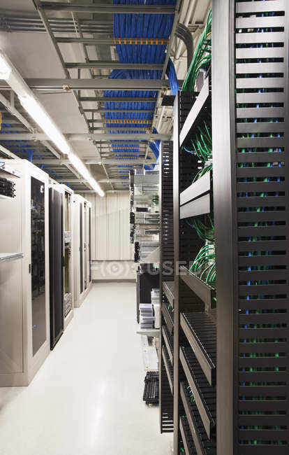 Комп'ютерні сервери в серверній кімнаті інтер'єр — стокове фото