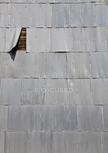 Корругированная черепица, покрывающая деревянную стену — стоковое фото
