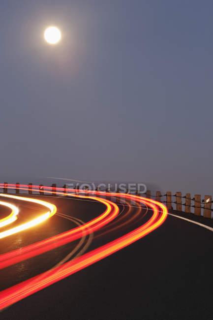 Vollmond über kurvenreichen Straßen mit Ampeln, Washington, Usa — Stockfoto