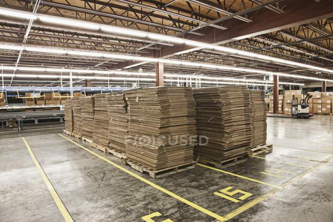 Boîtes en carton aplaties dans l'entrepôt — Photo de stock