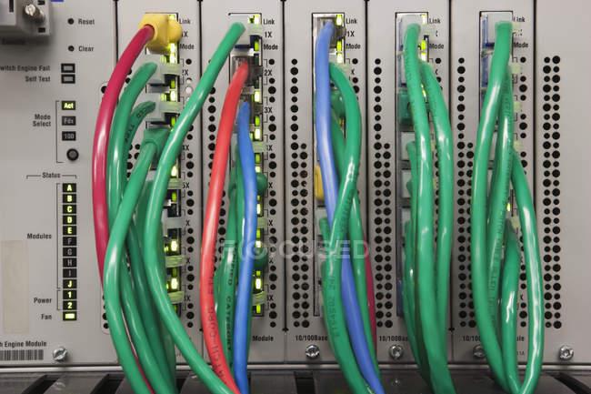 Закривання кабелю в задній частині серверного комп'ютера — стокове фото