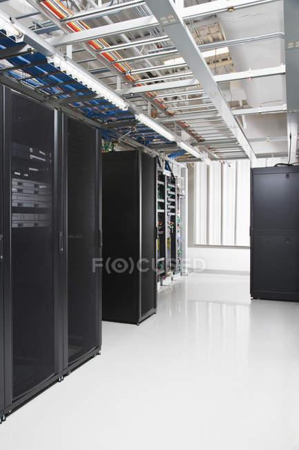 Комп'ютерні сервери в сучасній серверній кімнаті — стокове фото