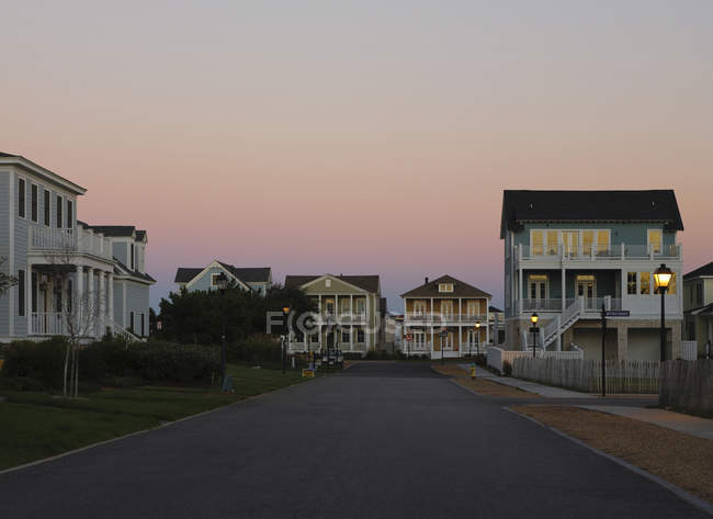 Upscale houses on street Norfolk neighborhood, Virginia, USA — стокове фото