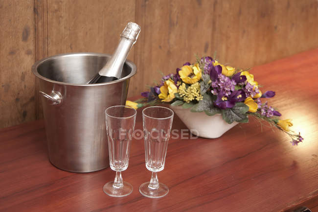 Close-up of bucket with champagne and two glasses on hotel table in Tartu, Estonia — Stock Photo