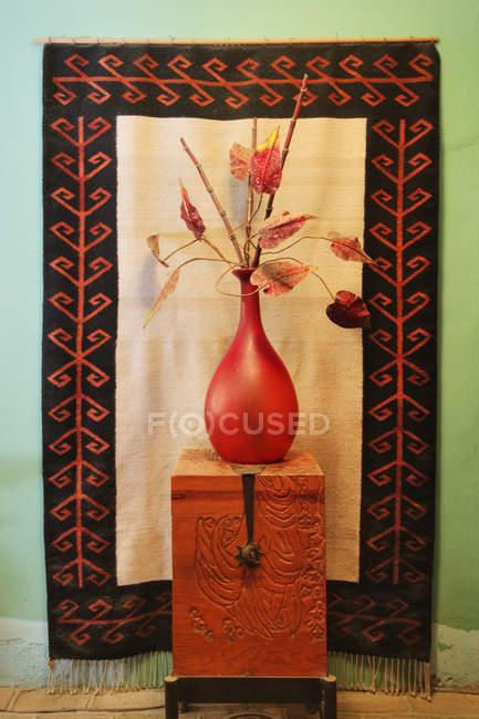 Decorative vase on wooden chest in Todos Santos, Baja California, Mexico — Stock Photo