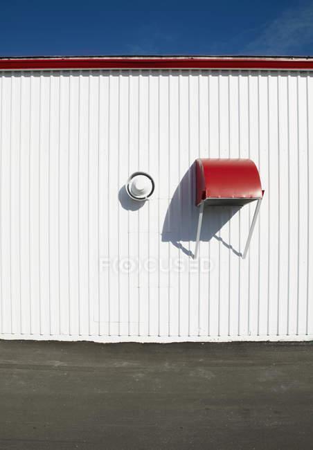 Revestimiento metálico del edificio con ventilación en Bradenton, Florida, EE.UU. - foto de stock