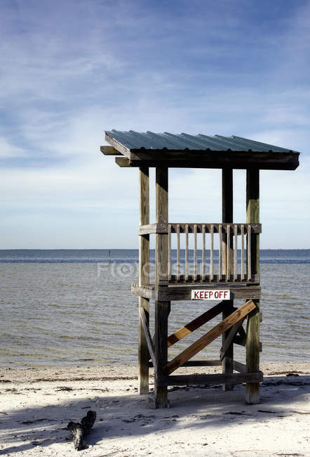 Lifeguard stand at sandy beach with waterscape — стоковое фото