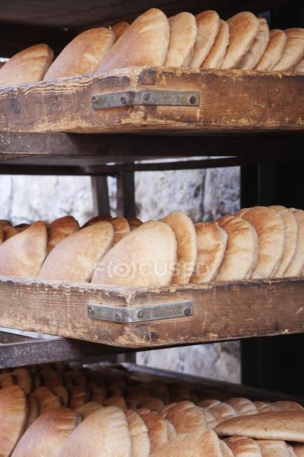 Frisch gebackenes Fladenbrot in Holzregalen — Stockfoto