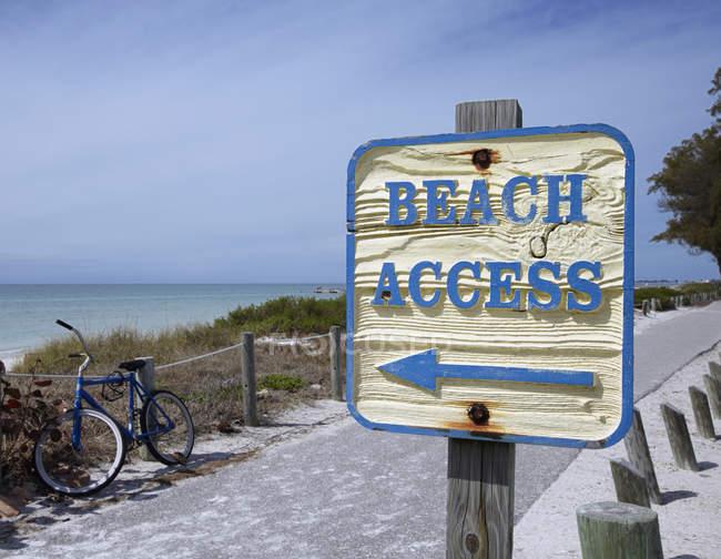 Cartello che mostra la strada per la spiaggia di Bradenton, Florida, Stati Uniti — Foto stock