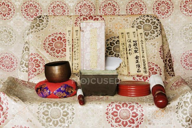 Синтоїний вівтар в японському святині на острові Міяджіма, Японія — стокове фото