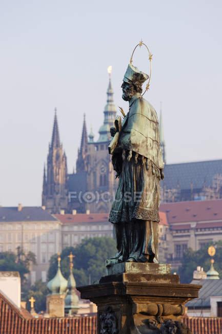 Johannes von Nepomuk Statue vor der Kathedrale und dem Stadtbild von Prag, Tschechische Republik — Stockfoto