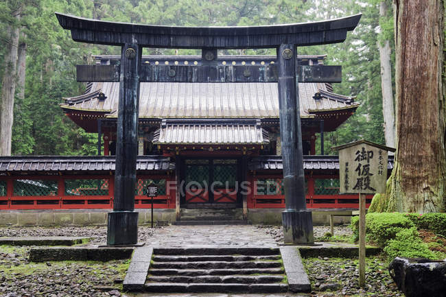 Gate to traditional Japanese temple building in Nikko National Park, Japan — Photo de stock