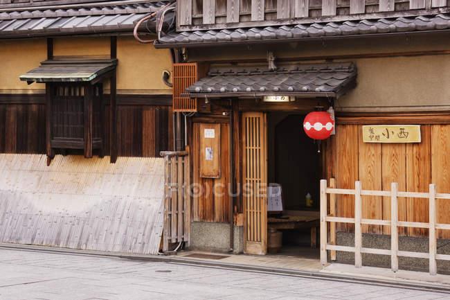 Entrance to traditional Japanese restaurant in wooden facade, Kyoto, Japan — Photo de stock