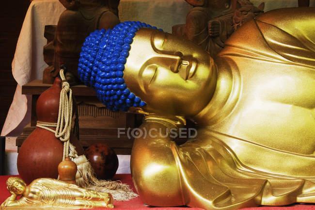Статуя золотого Будди в святині на острові Міядзіма, Префектура Хіросіма, Японія — стокове фото