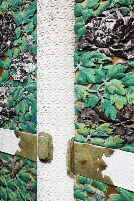 Detail auf Ziertür mit Blattschnitzereien in Nikko, Japan — Stockfoto