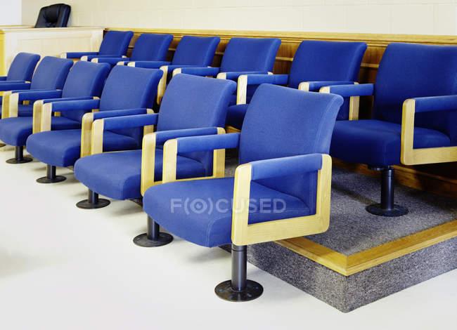 Синие места присяжных в ряды в здании суда — стоковое фото