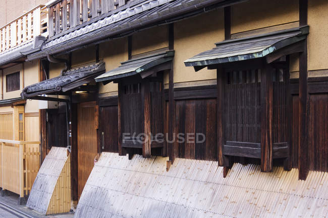 Traditional Japanese house with windows and wooden door, Kyoto, Japan — Photo de stock