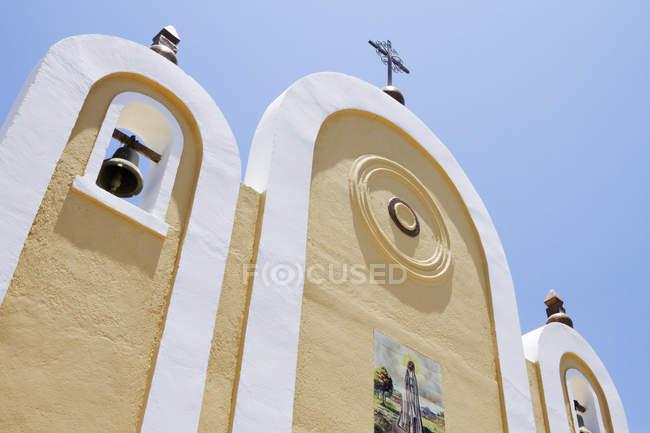 Exterior facade of Mexican church, Todos Santos, Baja California, Mexico — стокове фото