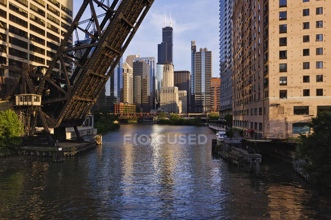 Raised bridge over Chicago River, Chicago, Illinois, United States — Fotografia de Stock