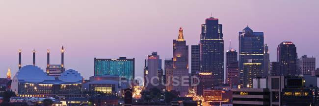 Paisaje urbano de Kansas City iluminado al atardecer, Kansas, Estados Unidos - foto de stock