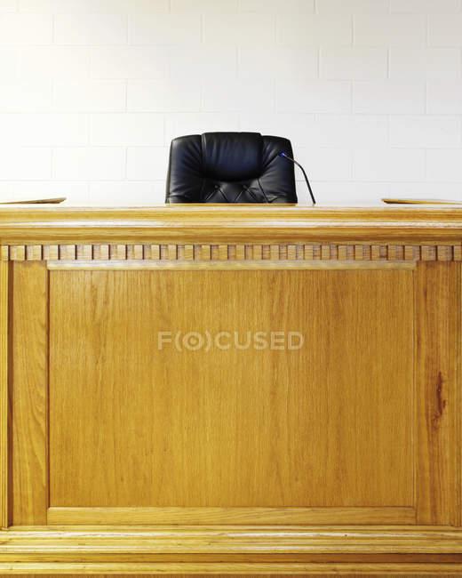 Banco de jueces vacío y presidente en el edificio de la corte - foto de stock