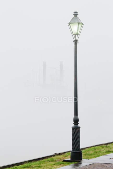 Park street lamp in fog, New Orleans, Louisiana, USA — Stock Photo
