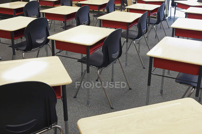 Desks and chairs in empty classroom interior — Stockfoto
