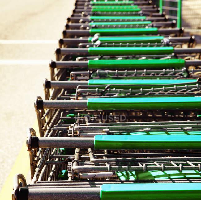 Carritos de compras apilados juntos en enfoque selectivo - foto de stock