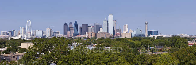 Cityscape with modern buildings and park trees in Dallas, Texas, United States — Foto stock