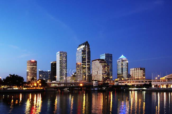 Iluminando el paisaje urbano por la noche, Tampa, Florida, Estados Unidos - foto de stock