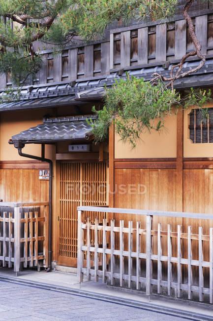 Traditionelles japanisches Holzhaus in der Straße von Kyoto, Japan — Stockfoto