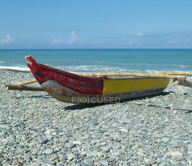 Banca boat on stony shore, Luna beach, Filippine — Foto stock