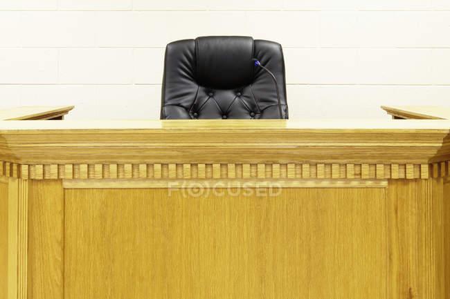 Jueces de banco y silla en la construcción de la corte - foto de stock