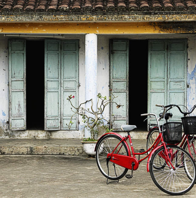 Bicycles parked outside old house — Stock Photo