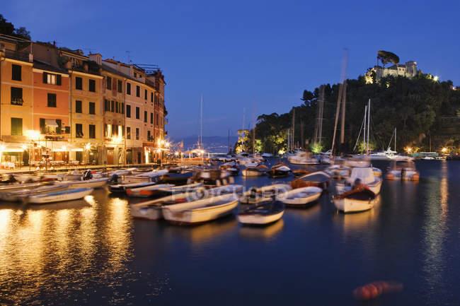 Порт Портофино в сумерках в Лигурии, Италия — стоковое фото